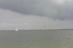 Ein Kitespot bei unserer Einfahrt auf das Ijseelmeer